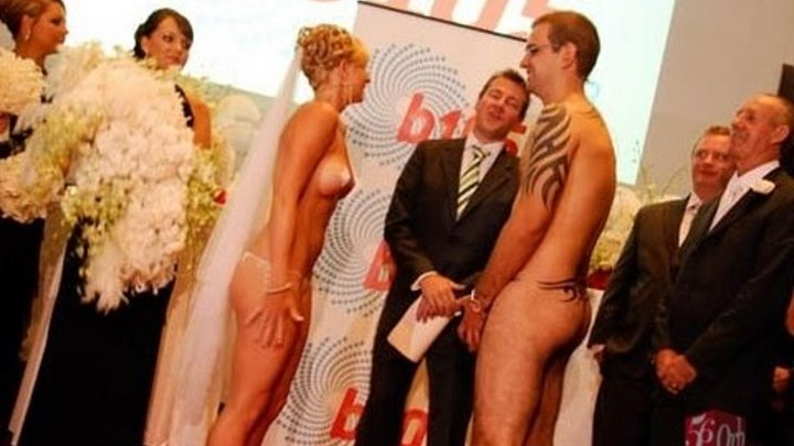 dizaynerskie-zhenskie-bryuchnie-kostyumi-seksualnie