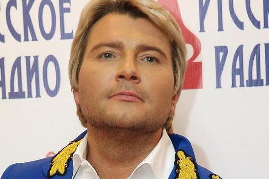 nikolay-baskov-goliy-na-stsene