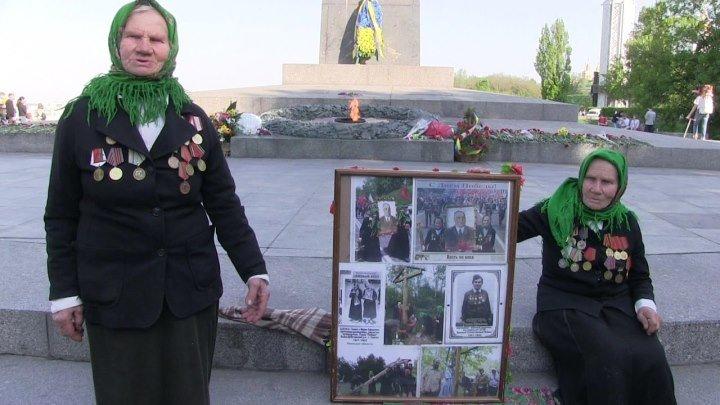 Две сестры в Киеве с портретом Маршала Жукова встали против толпы карателей