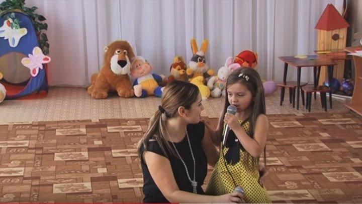 Мама с дочкой поют на 8 Марта