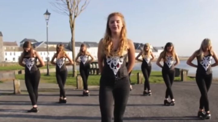 Ирландские девушки танцуют степ