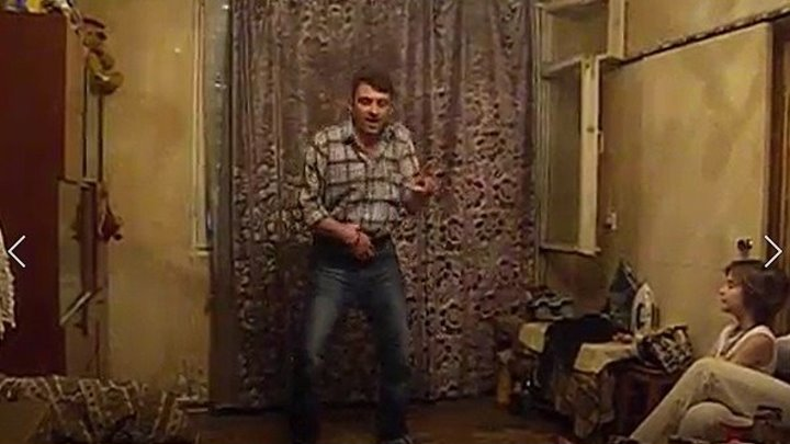 Папа для сына танцует под Майкла Джексона))))