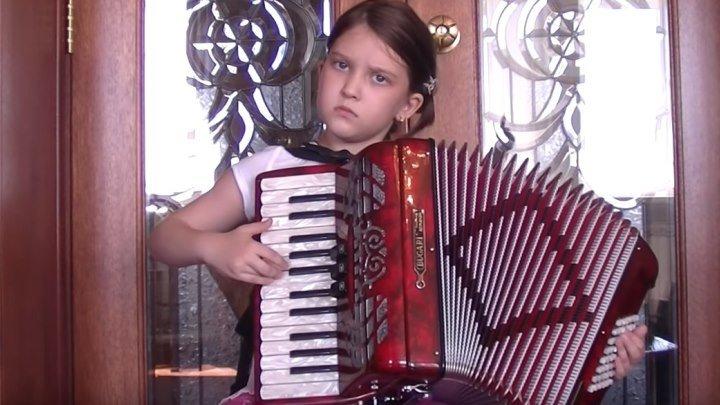 Вы только посмотрите, как эта маленькая девочка играет на аккордеоне!!!
