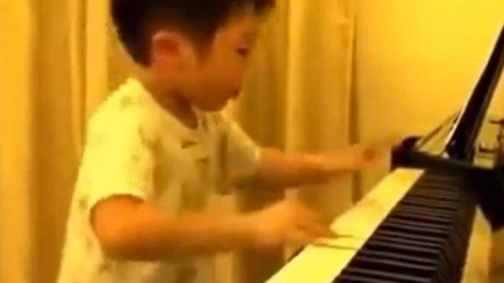 Маленький мальчик играет на пианино... Это просто что то невероятное!!!