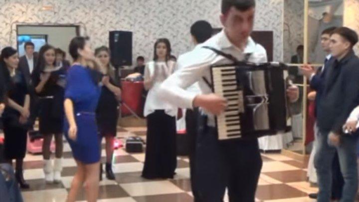 Что он вытворяет на инструменте! Казахи танцуют лезгинку! Просто супер!!!