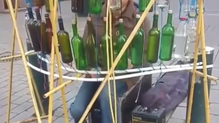 Парень играет на бутылках!!! Вот это слух! Вот это талант...