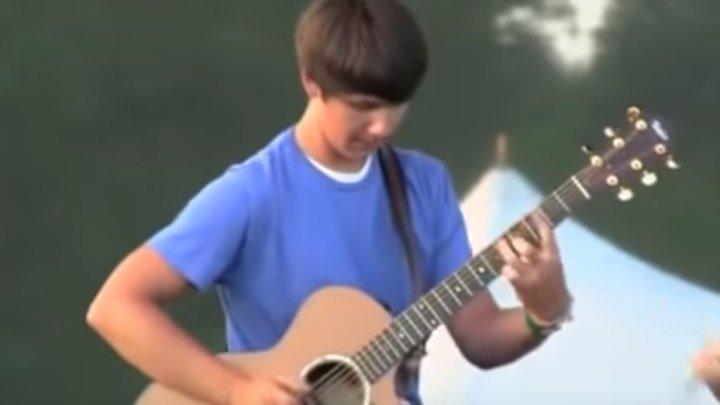 Парень просто нереально круто играет на гитаре!!!