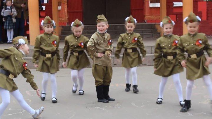"""Какие красотули! Детишки танцуют под песню """"Катюша"""""""