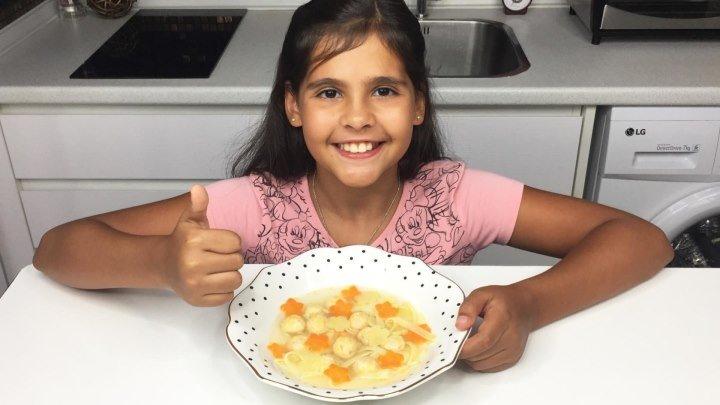 Готовим вместе с Софией детский суп с фрикадельками. Обучающее видео. Детские блюда от школы SECRET.