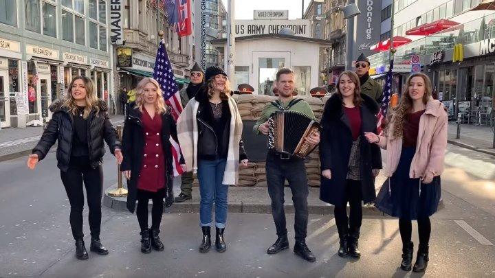 Наши ДЕВЧАТА поют русские ПЕСНИ в БЕРЛИНЕ! Вот умнички!