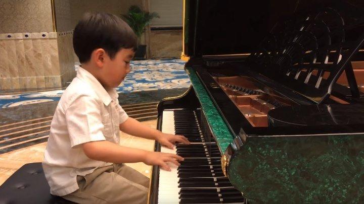 Малыш играет Шопена! Потрясающе!