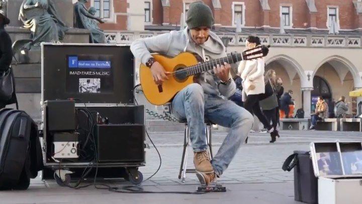 Просто потрясающий уличный музыкант! Вот это талант...