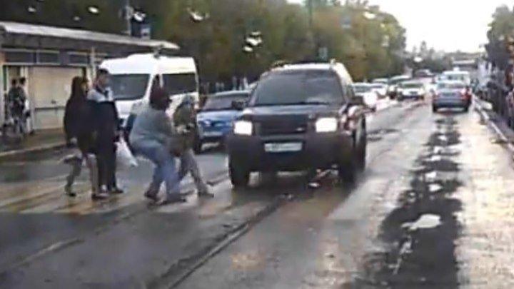 Чуть не убил ребенка... будьте внимательны на дороге!
