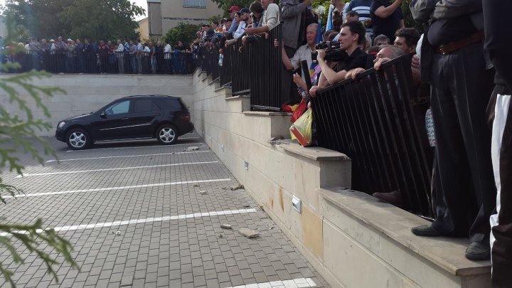 |ᴴᴰ|Momentul in care protestatarii rup gardul clădiri 'Global Business Center' de pe bulevardul Dimitrie Cantemir.