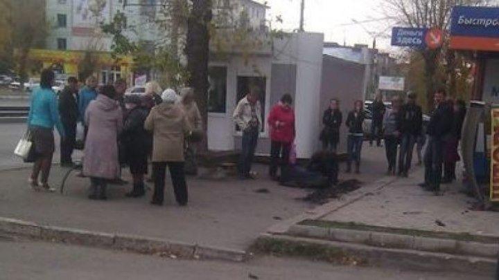 Жертвой урагана в Бийске стала пожилая женщина.