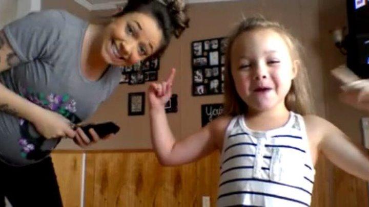 Какие они клевые! Танец беременной мамы и дочки