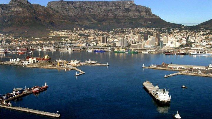В Кейптаунском порту с пробоиной в борту