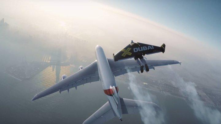 Полет вокруг самолета на реактивных ранцах