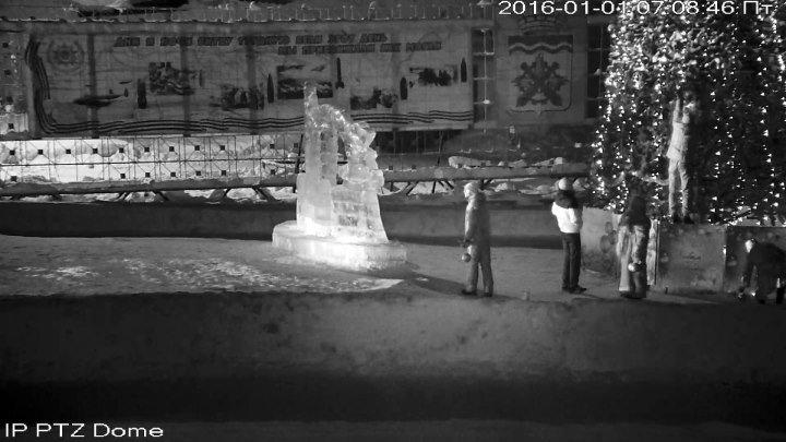 Странные люди, или Как угнали шарики с городской ёлки в ночь с 31 декабря 2015 на 1 января 2016 г. (быть может кто-нибудь опознает действующих лиц?)