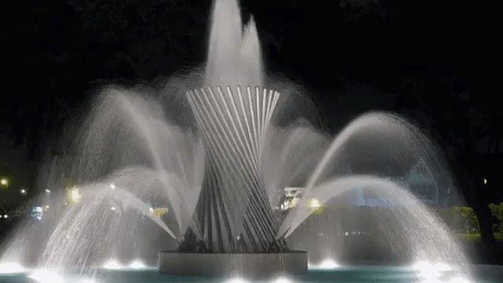 Танцующие фонтаны под песню Ты знаешь так хочется жить.Красиво обалденно)))