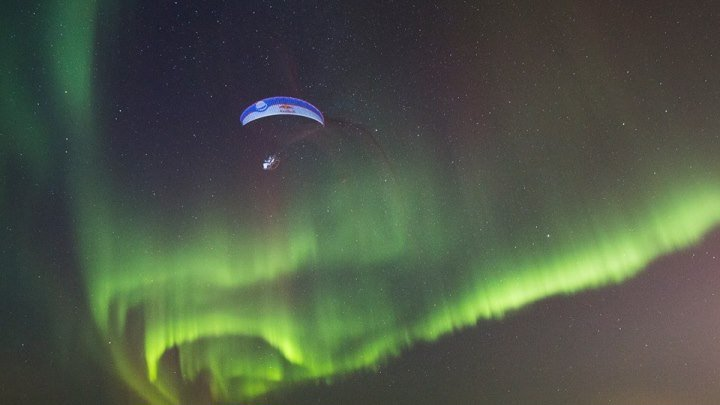 Полет на параплане сквозь полярное сияние