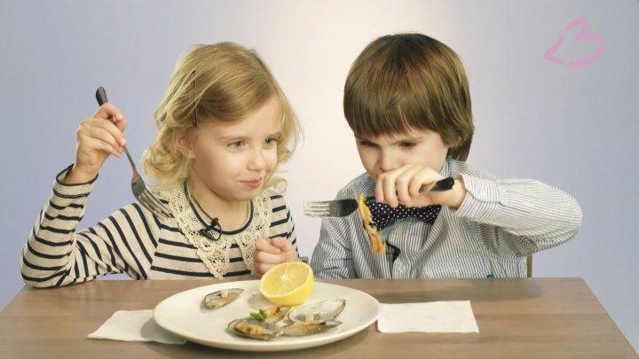 Дети пробуют мидии