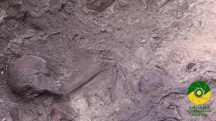 Братська могила поблизу селища Щурове...