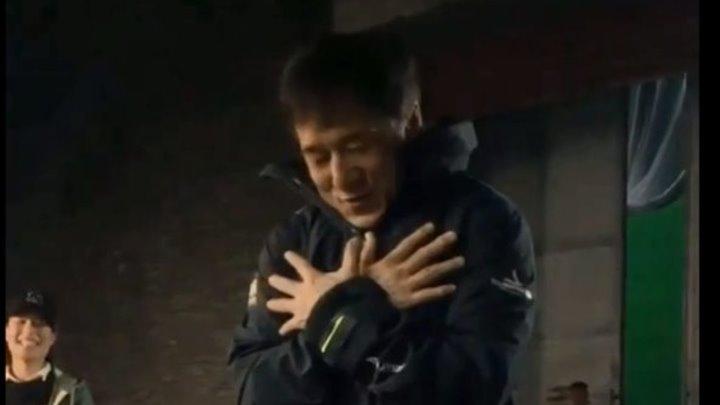 """Импровизация Джеки Чана под песню """"Can you feel the love tonight"""""""
