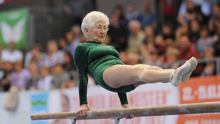 86-летняя Йохана Кьяс из Германии показывает мастер-класс по гимнастике