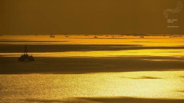 Каспийское море....Какой восторг, я снова вижу море,Где ветер зарождает шум волны.Оно ласкает белой пеной мои ноги.И радость плещет где-то в глубине души. Каспийское солёное дыханье,О как знаком мне этот аромат.Его я с жадностью вдыхаю.И зачарованно любую
