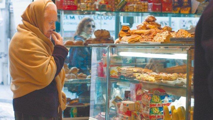 """После шокирующей смерти блокадницы в кронштадтском магазине сети """"Магнит"""", которая принадлежит Людмиле Путиной, люди несут туда пачки масла"""