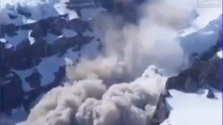 В Сеть попало шокирующее видео схода лавины с Эвереста, на базовый лагерь альпинистов