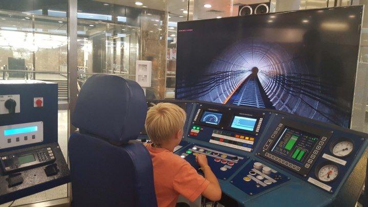 """На станции метро """"Выставочная"""" каждый может стать машинистом поезда"""