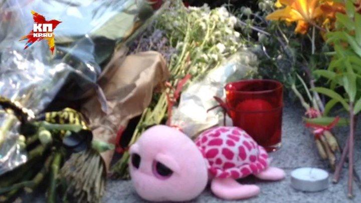 Цветы и игрушки несут к посольству Франции в память жертв теракта в Ницце