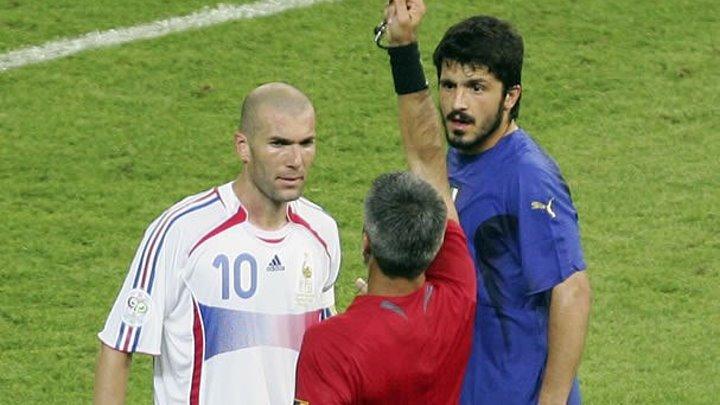 Великие футболисты получают красную карточку