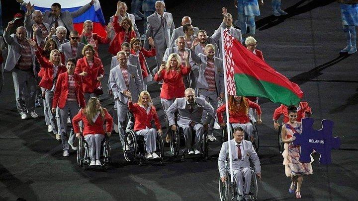 Паралимпийская сборная Белоруссии пронесла по стадиону в Рио флаг России!