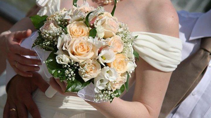 Невеста бросила букет и этим спасла 2 человеческие жизни.