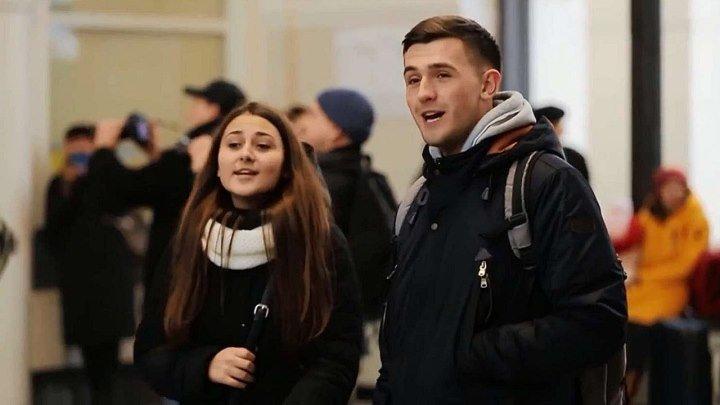 Аж мурашки по коже... В Запорожье студенты спели на вокзале «Весна на заречной улице»