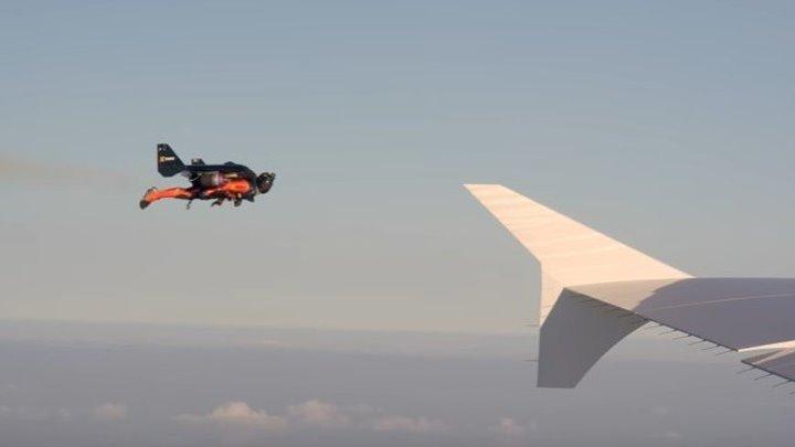 20 000 000 просмотров! В небе сняли ошеломляющее видео о совместном полете человека и гигантского лайнера Airbus. Впечатляет!