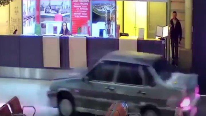 В аэропорту Казани пьяный водитель протаранил пассажирский терминал и врезался в столб