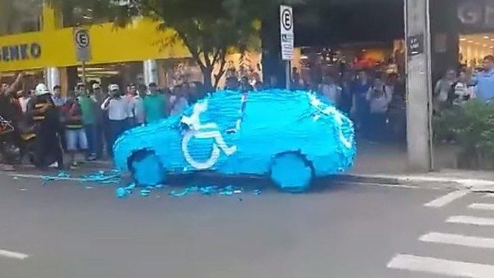 Оригинально наказали водителя, припарковавшегося на месте для инвалид