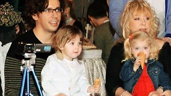 Подозревают, что дети Аллы Пугачевой и Максима Галкина не родные.