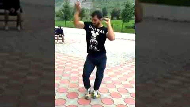 Парень танцует танец живота просто бомба )) Ну как Вам ?