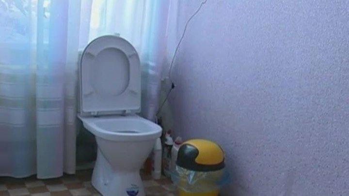 Директор школы установил скрытую камеру в женском туалете