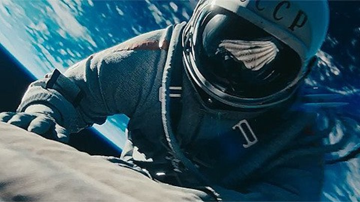 """Трейлер """"Время первых"""".В кино в 2D и 3D с 6 апреля. Разгар холодной войны. Две супердержавы, СССР и США бьются за первенство в космической гонке. Пока СССР впереди, на очереди – выход человека в открытый космос. За две недели до старта взрывается тестовый корабль. Времени на выявление причин нет. И пусть риски огромны, мы не можем уступить лидерство. Опытный военный летчик Павел Беляев и его напарник Алексей Леонов, необстрелянный и горячий, мечтающий о подвиге, – два человека, готовые сделать шаг в неизвестность. Но никто не мог даже предположить, с чем им предстояло столкнуться в полете. В этой миссии все что только можно пошло не так…"""