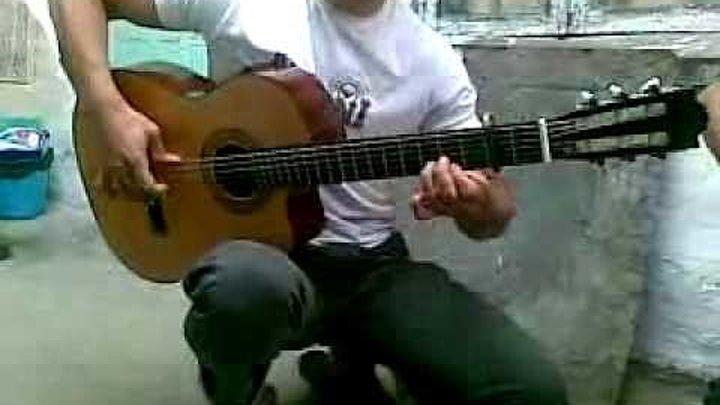 ОБАЛДЕТЬ! Такое вытворяет на обычной гитаре!))