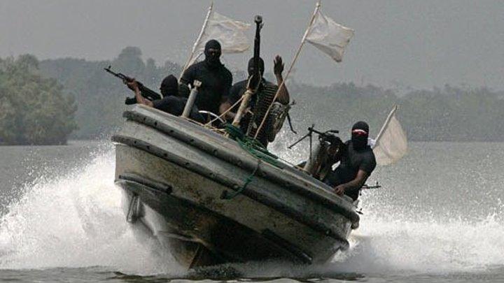 Охранники частной компании отражают нападение сомалийских пиратов.