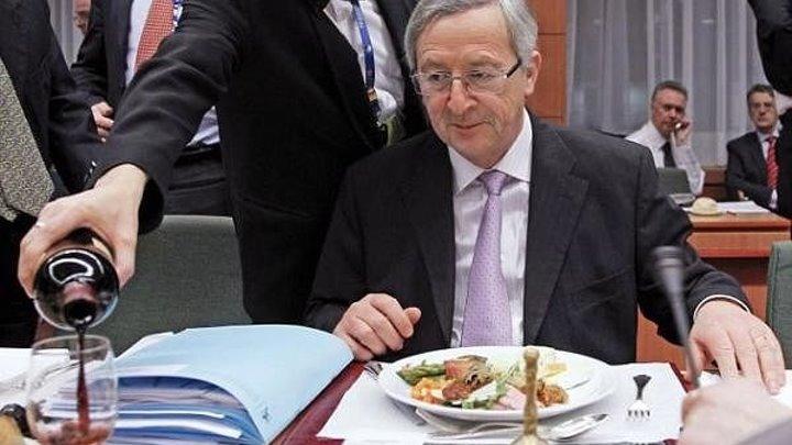 На ужине саммита НАТО Юнкер нажрался и едва держался на ногах.