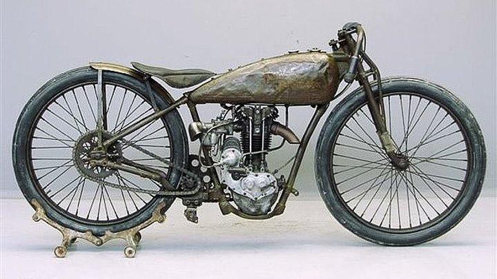 Мотоцикл прошлого века с паровым двигателем