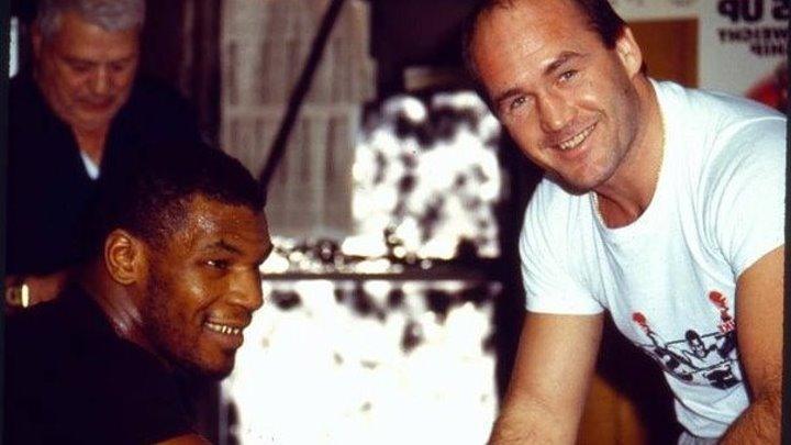 Майк Тайсон тренируется на лапах с Кевином Руни.